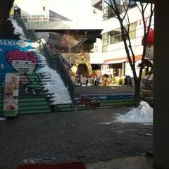 Photo taken at 딸기가 좋아 - 딸기 스페이스 by minggong W. on 2/11/2013