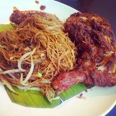 Photo taken at Village Park Restaurant by Hong Yaw L. on 8/17/2012