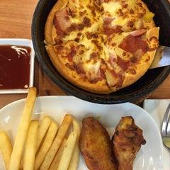 Photo taken at Pizza Hut (พิซซ่า ฮัท) by Narongsak I. on 2/3/2015