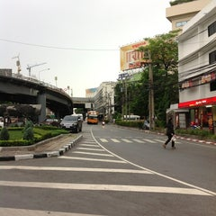 Photo taken at แยกสามเหลี่ยมดินแดง (Sam Liam Din Daeng Junction) by Sarayut W. on 7/11/2013