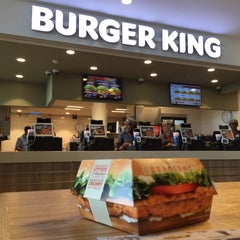 Photo taken at Burger King by QUENTIN V. on 9/14/2015