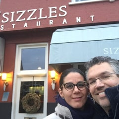 Photo taken at Sizzles by QUENTIN V. on 3/18/2015