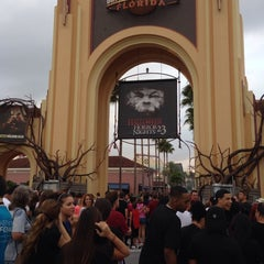 Photo taken at Universal's Halloween Horror Nights 23 by Gina L. on 10/20/2013