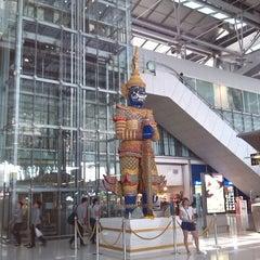 Photo taken at Suvarnabhumi Airport (BKK) ท่าอากาศยานสุวรรณภูมิ by Daniil K. on 11/10/2013