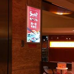 Photo taken at Sushi Express 争鲜回转寿司 by Oliver Z. on 12/8/2013