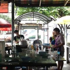 Photo taken at ข้าวมันไก่พลอยโภชนา by North on 8/4/2012