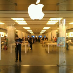 Photo taken at Apple Store, La Maquinista by Denis E. on 6/18/2012