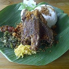 Photo taken at Bebek Goreng Kremes 'Monggo' by Ranny Fitriani H. on 4/28/2012
