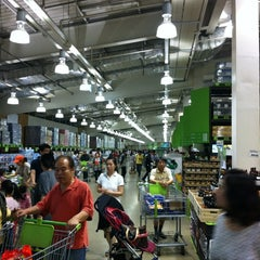 Photo taken at 이마트 트레이더스 (E-mart Traders) by Yang Keun K. on 5/28/2012
