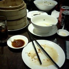 Photo taken at Imperial Treasure La Mian Xiao Long Bao by Saitharn O. on 12/9/2012