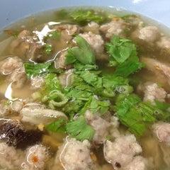 Photo taken at ข้าวต้มกระดูกหมูพัฒนาการ by Menn ®. on 10/7/2012