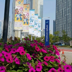 Photo taken at 송도컨벤시아 (Songdo Convensia) by HYEOK C. on 8/30/2015