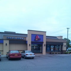 Photo taken at Taco Bell by Lawrence D. on 5/23/2014