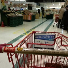 Photo taken at 롯데마트 (LOTTE Mart) by Soomin(Simon) S. on 12/25/2012