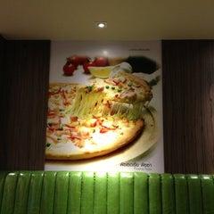 Photo taken at Narai Pizzeria by Prempunyavee S. on 5/15/2013