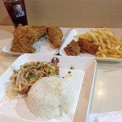 Photo taken at KFC (เคเอฟซี) by num s. on 10/22/2014