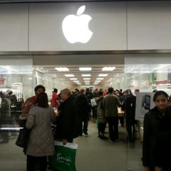 Photo taken at Apple Store, Brent Cross by Andres Carceller on 12/9/2012
