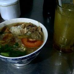 Photo taken at Soto Ayam & Ayam Goreng Bangkong by Rahma M. on 2/1/2014