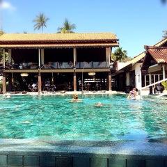 Photo taken at Le Méridien Koh Samui Resort & Spa @ Pool Bar by Nataly on 2/19/2014