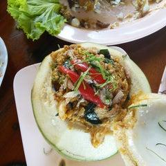 Photo taken at ครัวเสม็ดแดง (Krua Samed Dang) by Vanalee N. on 11/15/2014