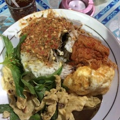 Photo taken at Pecel - Rawon Pucang by Faisal A. on 4/16/2014