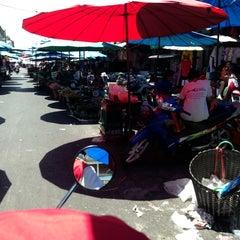 Photo taken at ตลาดสดเมืองทุ่งสง by Tong T. on 3/30/2013