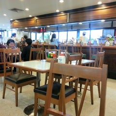 Photo taken at Took Lae Dee (ถูกและดี) by Voraphoj C. on 10/9/2012