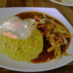 Photo taken at Restoran Lawang Sari by Izalea S. on 2/15/2014