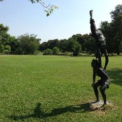 รูปภาพถ่ายที่ สวนวชิรเบญจทัศ (สวนรถไฟ) Vachirabenjatas Park (Rot Fai Park) โดย Thitipong s. เมื่อ 4/21/2013