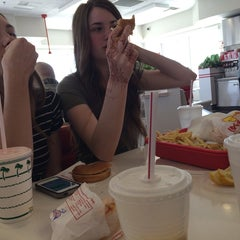 Photo taken at In-N-Out Burger by Roma Loe J. on 4/14/2014