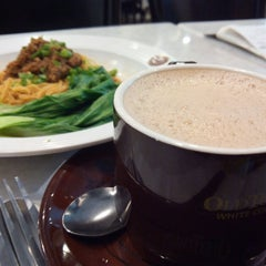 Photo taken at OldTown White Coffee by Ellenesse C. on 3/24/2014