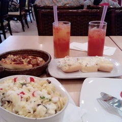Photo taken at Pizza Hut by Nidyaul E. on 11/23/2014