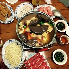 Photo taken at 藍記麻辣鍋 by Leslie L. on 11/26/2014