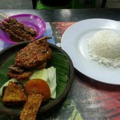 Photo taken at Ayam Penyet Joko Solo by Wong R. on 11/14/2013