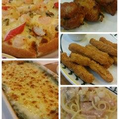 Photo taken at The Pizza Company (เดอะ พิซซ่า คอมปะนี) by Jobjab j. on 6/29/2015