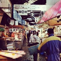 Photo taken at 築地市場 (Tsukiji Fish Market) by Mark R. on 5/17/2013