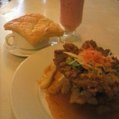 Photo taken at Giggle Box Café & Resto by Khaerunnisa F. on 11/25/2012