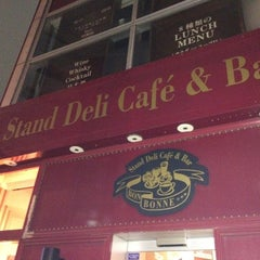 Photo taken at Stand Deli Cafe & Bar Bon Bonne by 自由児 吉. on 3/3/2015