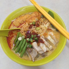 Photo taken at Kedai Makanan & Minuman USJ 2 (USJ 2 美食中心) by Cassey C. on 5/18/2014
