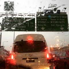 Photo taken at ทางพิเศษศรีรัช ส่วน C (Si Rat Expressway Sector C) by Khanomjeeb P. on 4/8/2015