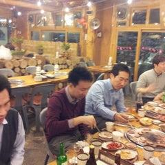 Photo taken at 온누리 장작구이 by Sunghwan L. on 12/5/2012