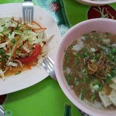 Photo taken at แดง ก๋วยจั๊บญวน (ร้านใหม่) Khun Daeng - Vietnamese Noodle by Boraemon F. on 9/26/2015