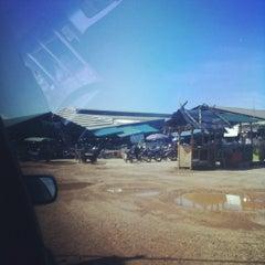 Photo taken at ตลาดสดหน้าเมืองสิงหนคร, สงขลา by Kb  🌈 T. on 4/11/2012
