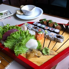 Photo taken at Hiro Sushi by Ana Cláudia B. on 2/12/2012