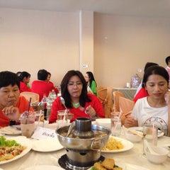 Photo taken at เกียง้วนภัตตาคาร มหาชัยซีฟู๊ด (Kia Nguan Restaurant Mahachai Seafood) by Kade A. on 12/13/2014