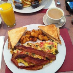 Photo taken at Penny's Diner and Restaurant by Mary Rose J. on 9/29/2013
