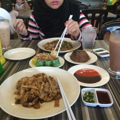 Photo taken at Restoran Cina Muslim Mohd Chan Abdullah by Farahin J. on 4/25/2015