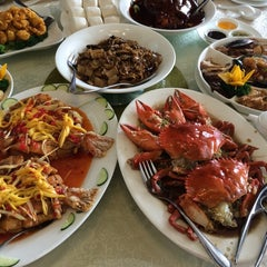 Photo taken at King Bee Chinese Restaurant by Nathan G. on 8/30/2014