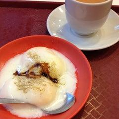 Photo taken at Ya Kun Kaya Toast by Grace Chong on 11/2/2012