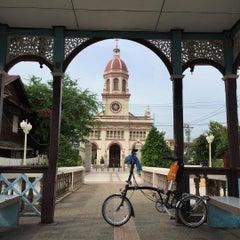 Photo taken at Santa Cruz Church (วัดซางตาครู้ส) by Chacrit S. on 7/30/2015